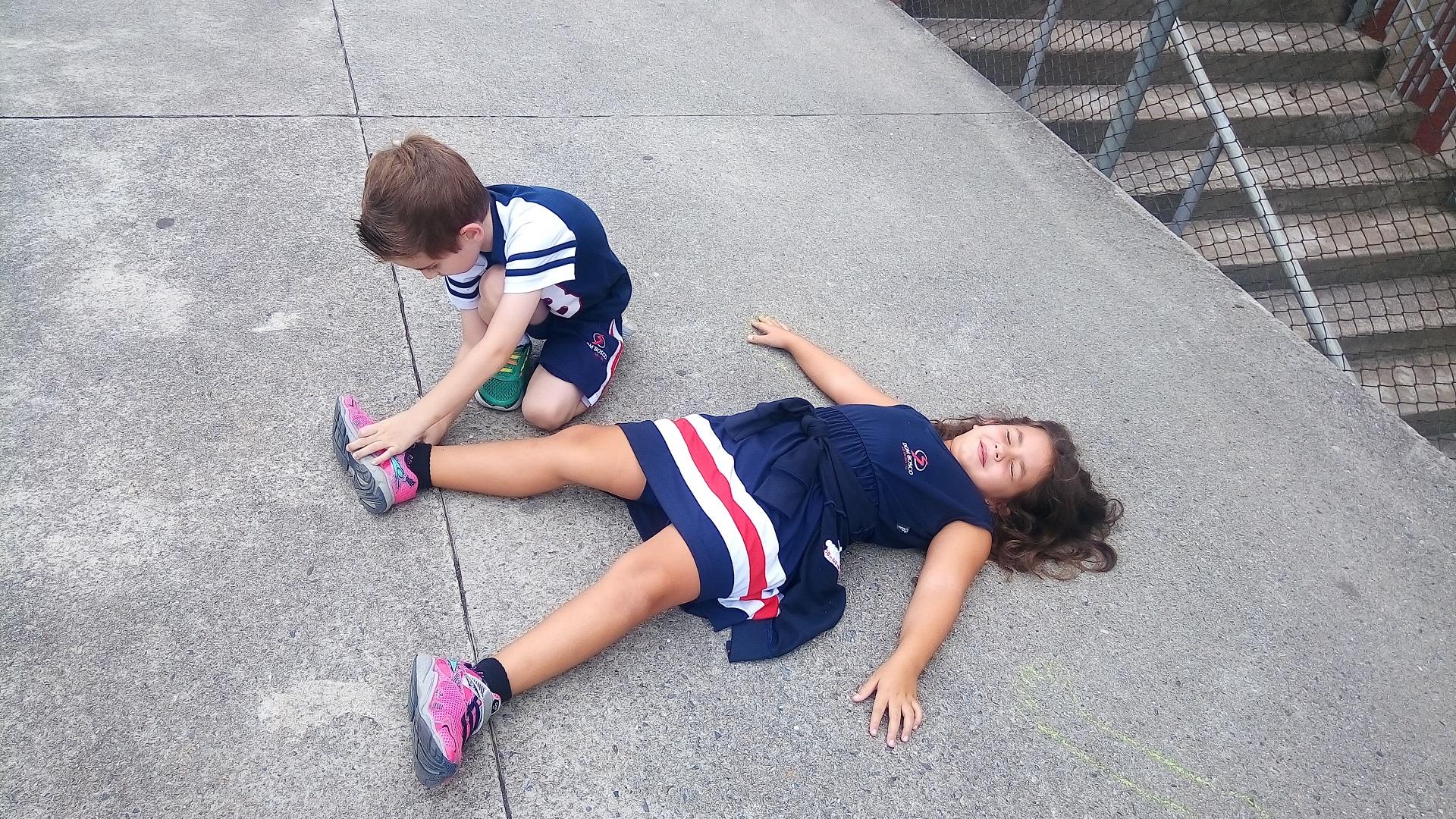 Diversão e aprendizado na atividade o contorno do corpo