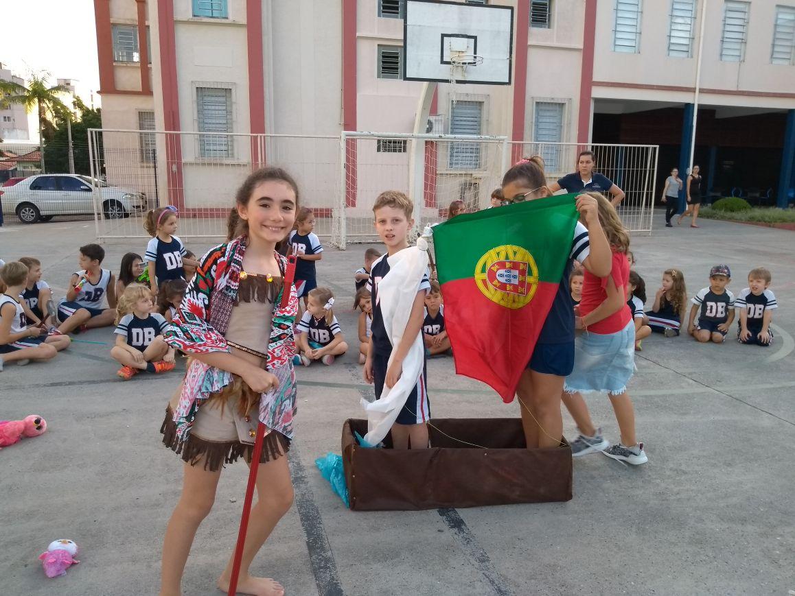 Alunos encenam a chegada dos Portugueses ao Brasil